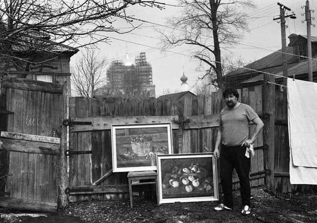 Художник Антипкин во дворе дома. Серия «Замечательные люди».
