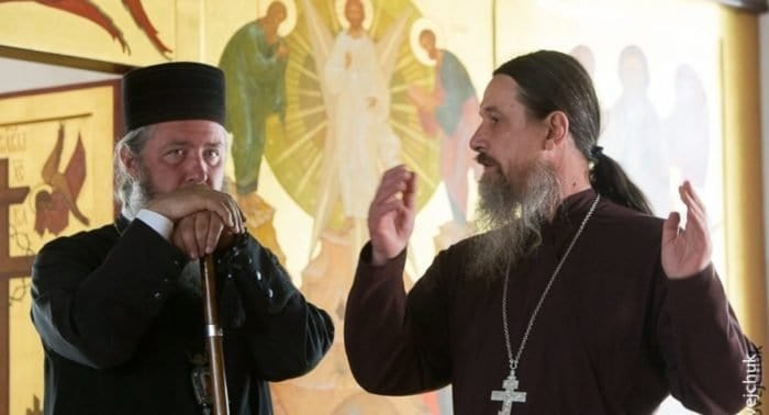 Кому священник отдал обручальное кольцо?
