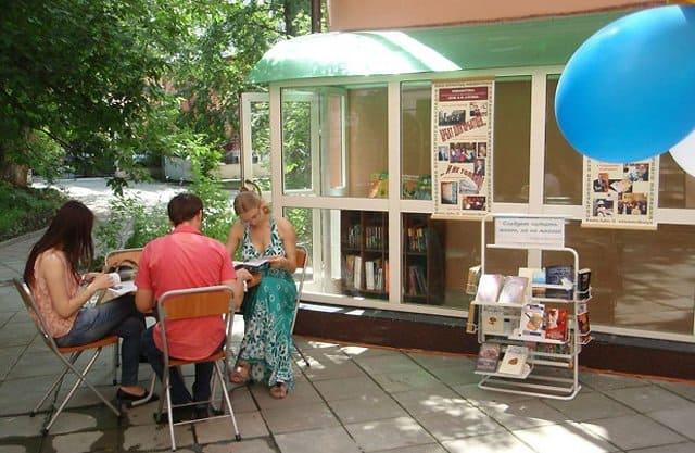 На ВДНХ открылась большая летняя читальня
