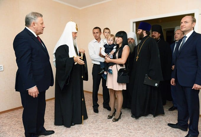 Патриарх Кирилл вручил ключи от жилья, пострадавшим при наводнении