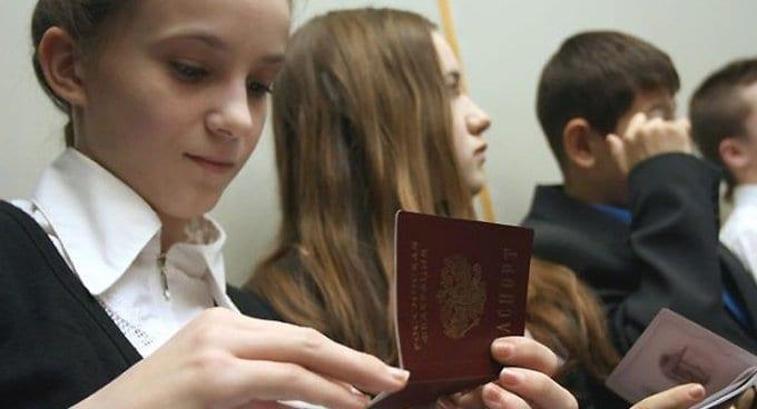 В Госдуме предложили россиянам клясться при получении паспорта