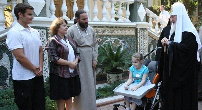 Патриарх Кирилл переписывается с больной ДЦП девочкой