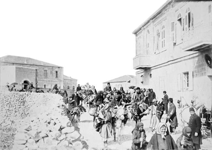 Караван русских паломников  на улицах  Иерусалима,  двигающийся  к русским  постройкам