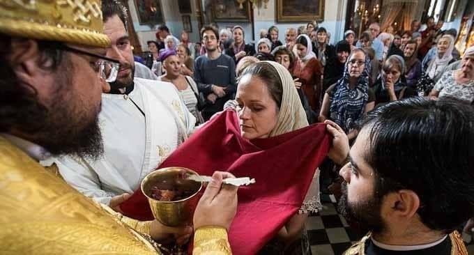 Можно ли целовать руку священнику после причастия?