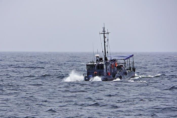 На этом небольшом катере команда Константина Богданова проводит в море по десять дней в поисках затонувших кораблей