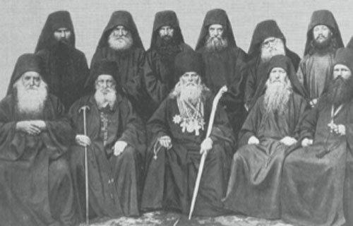 Часть братии и гости Русского монастыря (XIX в.) с духовником обители о. Иеронимом (сидит второй справа).