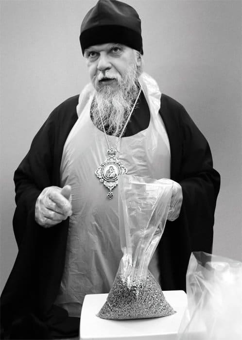Епископ Пантелеимон (Шатов) фасует еду для раздачи бездомным в рамках акции «Народный обед». Фото Владимира Ештокина
