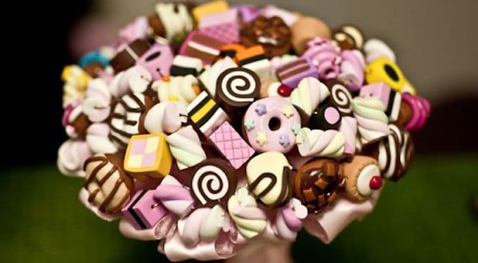 Уральская школьница собирает букеты из конфет, чтобы накопить на операцию