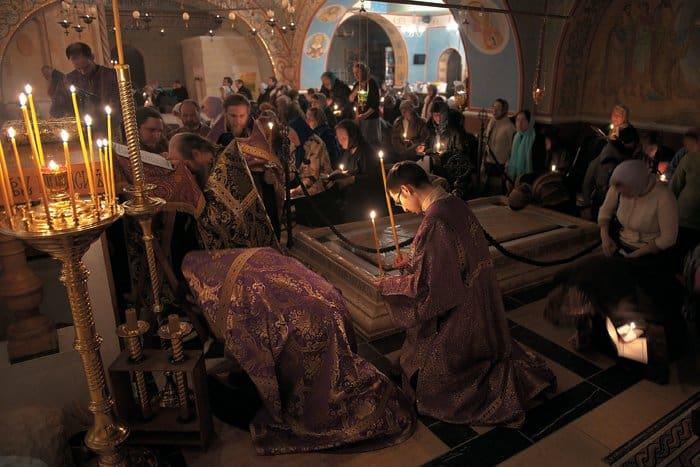 Камень Помазания вПокровском храме. Идет всенощное бдение. Первая неделя Великого Поста, март 2013 года