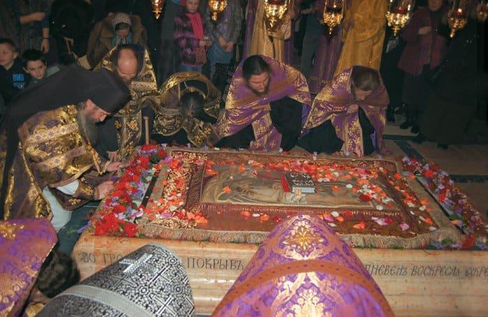 Погребение Плащаницы. Покровский храм, апрель 2012 года
