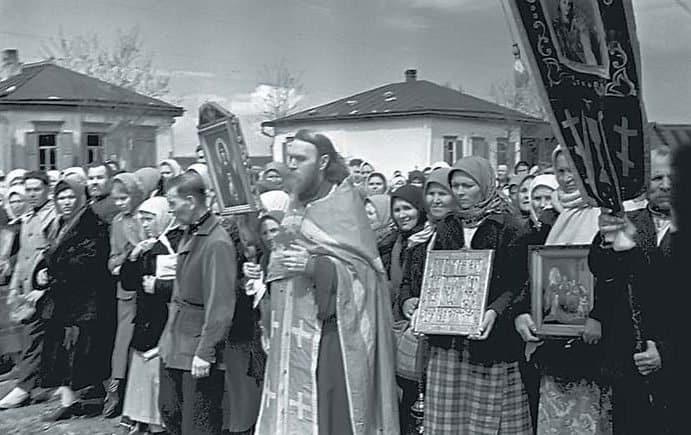 Крестный ход по случаю Дня Победы в станице Ново-Александровской. Ставропольский край, 1945