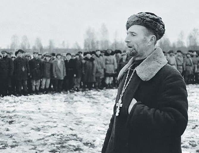 Православный священник выступает перед бойцами партизанского соединения. Ленинградская область