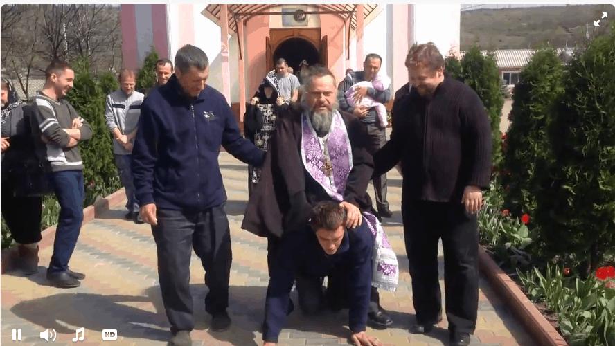Церковь Молдовы осудила действия священника из скандального видеоролика