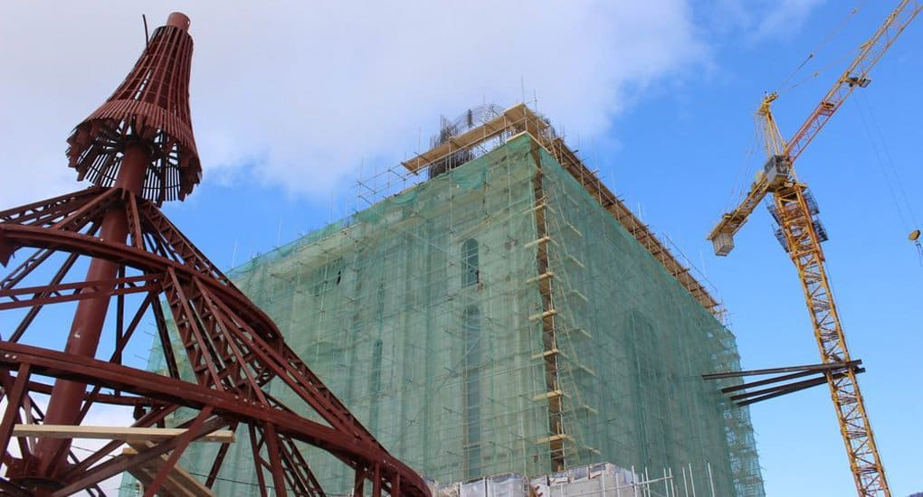 На самый высокий строящийся собор Сахалина установили первый купол