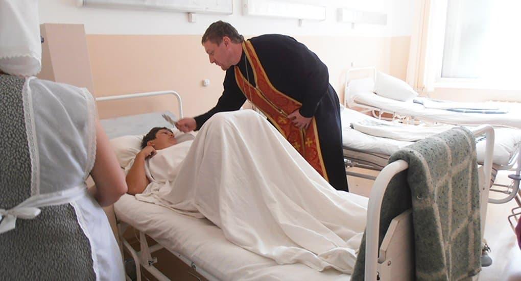 Пострадавших в ДТП под Красноярском навестили священник и сестры милосердия