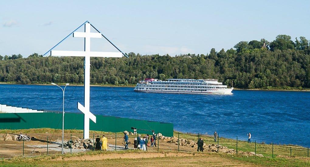 Самый высокий поклонный крест России украсил берег Волги