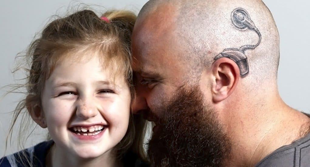 Австралиец сделал татуировку слухового аппарата, чтобы поддержать дочку
