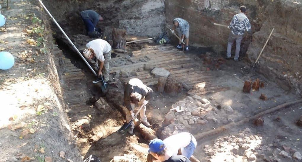 У стен монастырского храма в Курске нашли артефакты Х века