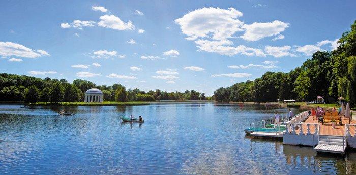 Пруд в парке, специально вырытый И.И.Барятинским для прогулок на лодках к искусственному острову с беседкой, где обыкновенно устраивались чаепития