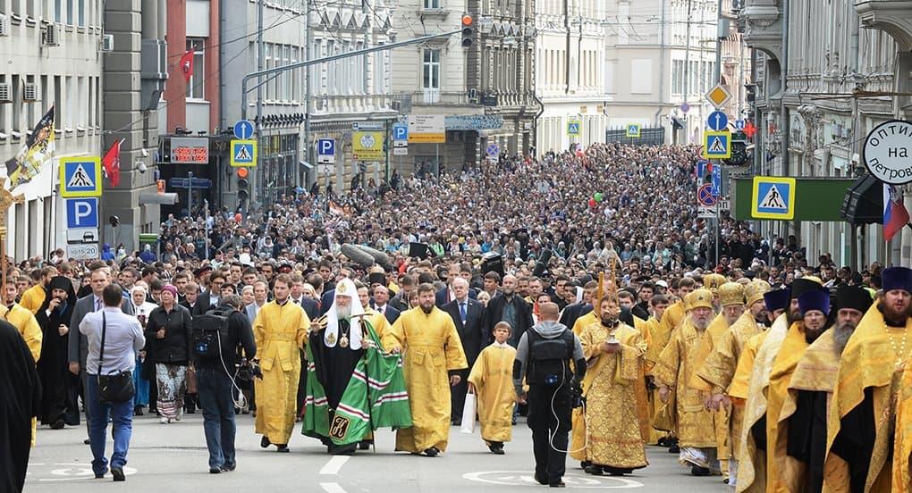 Более 10 тысяч человек прошли с патриархом крестным ходом по Москве