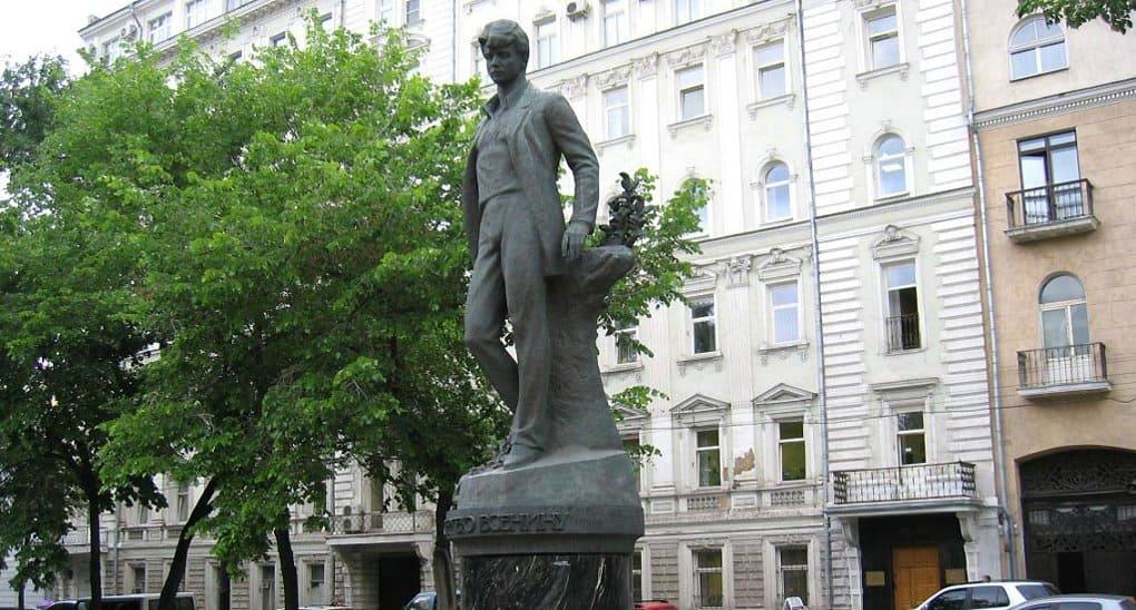 Москва отмечает юбилей Сергея Есенина концертами и спектаклем