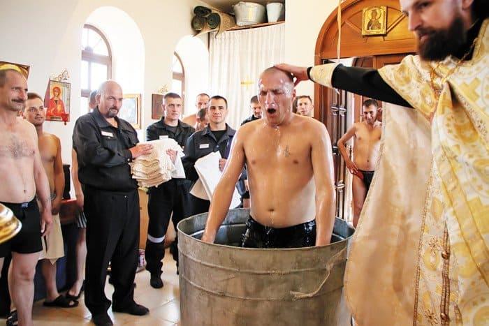 Крещение осужденных в исправительной колонии № 11 города Бор Нижегородской области (храм в честь иконы Божией Матери «Нечаянная радость»)