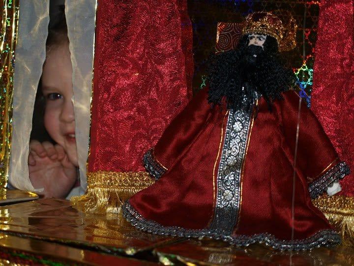 Кукол можно потрогать, поводить. Правда, не все дотягиваются до второго этажа.