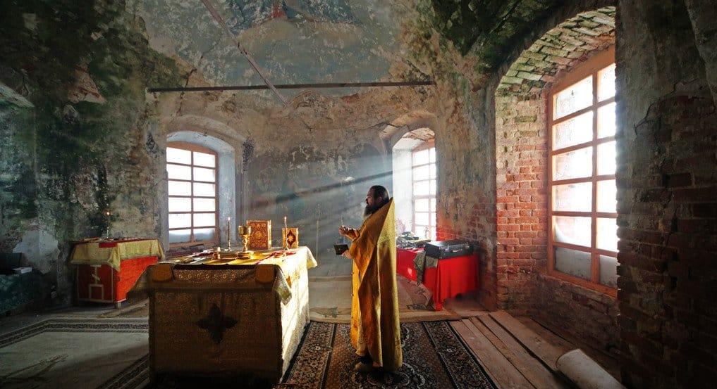 «Явсегда буду помнить слезы этого священника»— реальная история про боль иверу