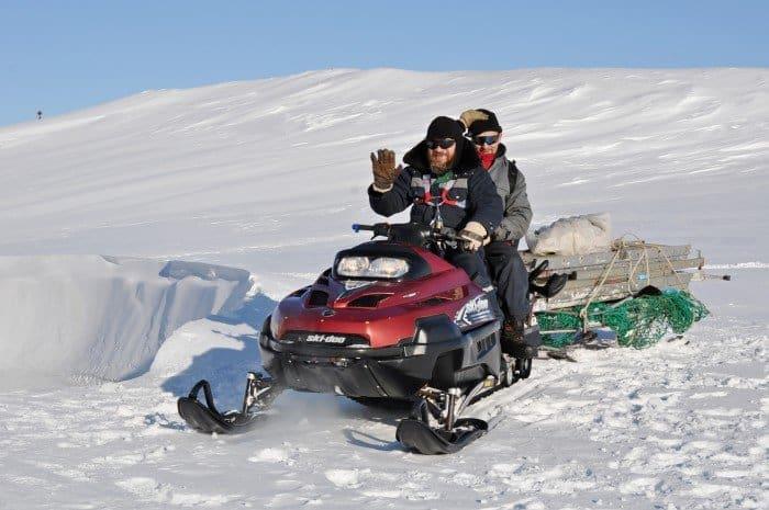 О.Максим всех возит по станции и по острову. Зимой единственное средство передвижения - снегоход