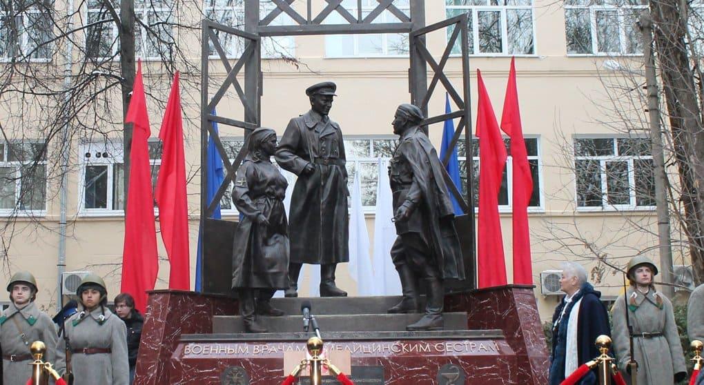Подвигу военных врачей и медсестер посвятили памятник в Химках