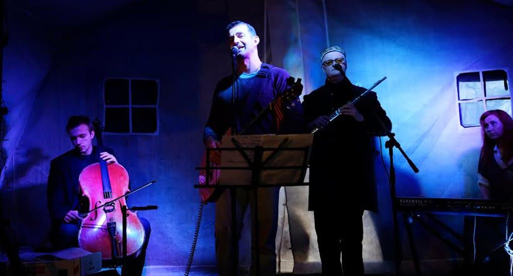 Дмитрий Певцов спел для бездомных в «Ангаре спасения»