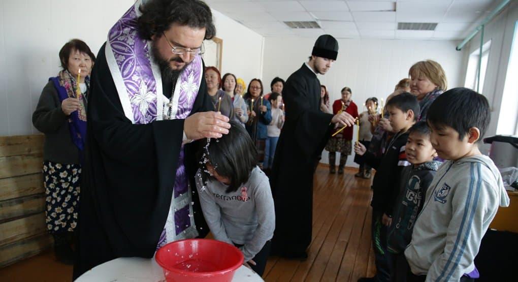 Более 50 человек крестил епископ Якутский Роман в ходе поездки в Заполярье