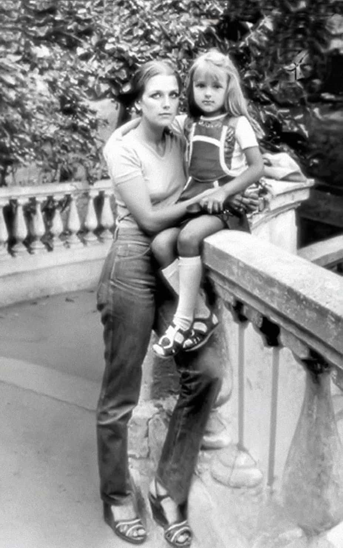 С дочкой Ксенией. 1978. http://irinaalferova.com