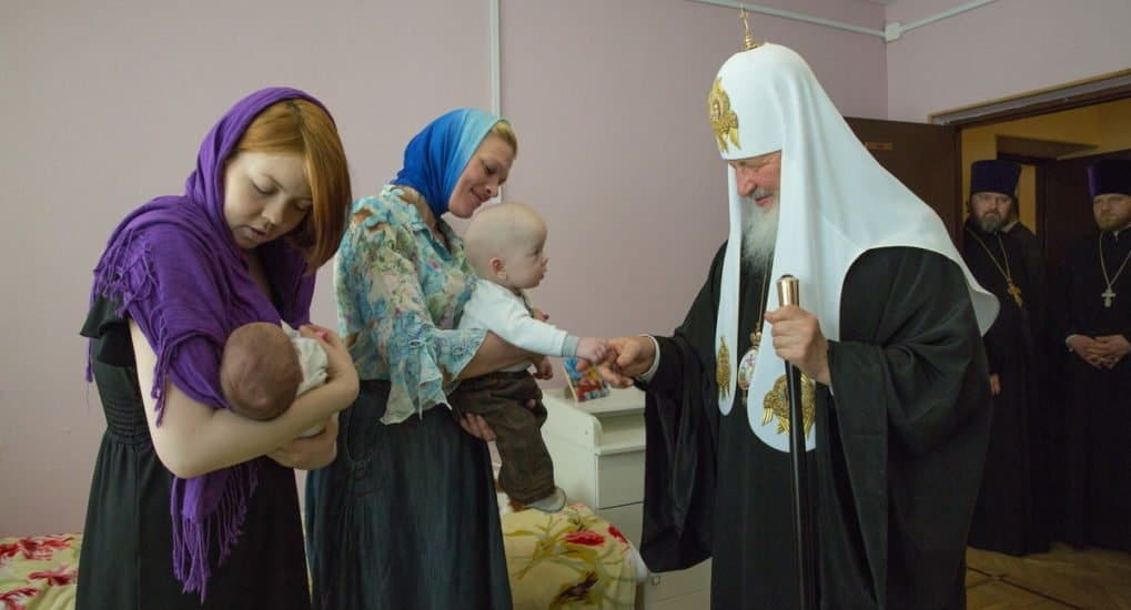 Патриарх попросил больше не дарить ему цветы, а жертвовать нуждающимся