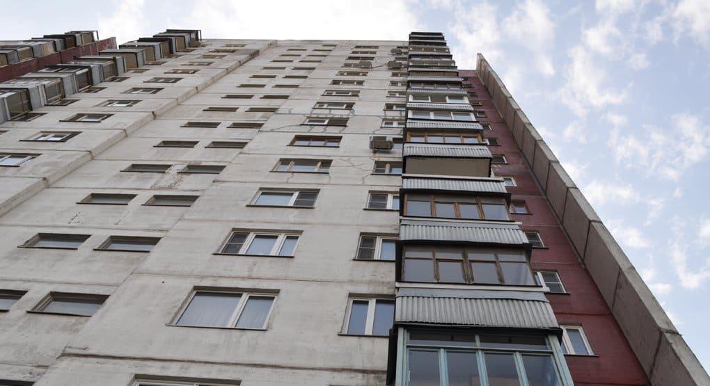 Екатеринбуржец поймал выпавшую из окна 8-го этажа 4-летнюю девочку