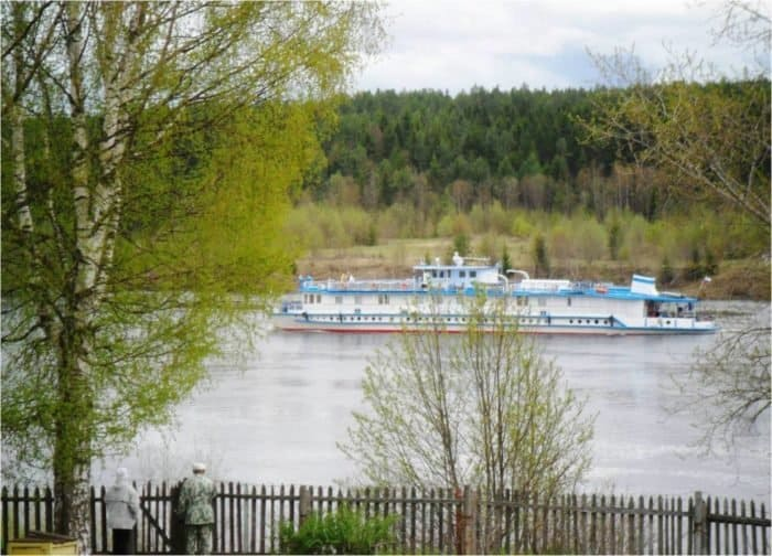 Корабль на Сухони. Фото Ивана Попова