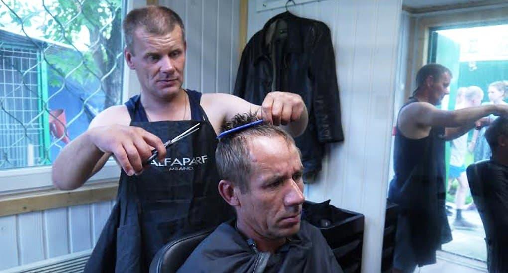 В парикмахерской службы «Милосердие» постригли рекордное число бездомных