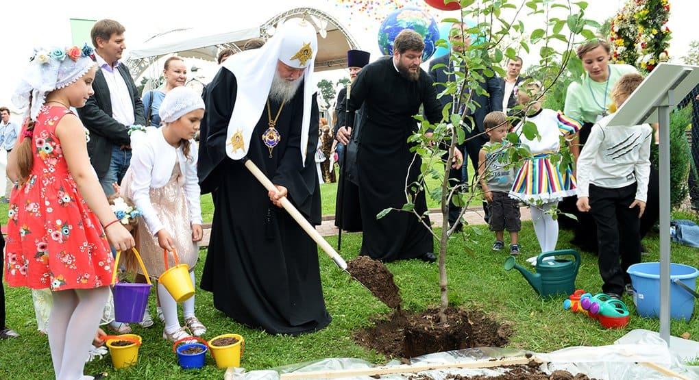 Патриарх Кирилл благословил детей на учебу и посадил с ними яблоню