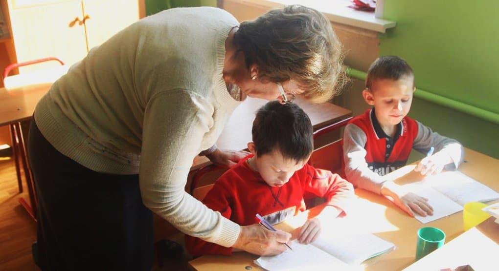 В школах могут появиться помощники учителей для работы с детьми-инвалидами