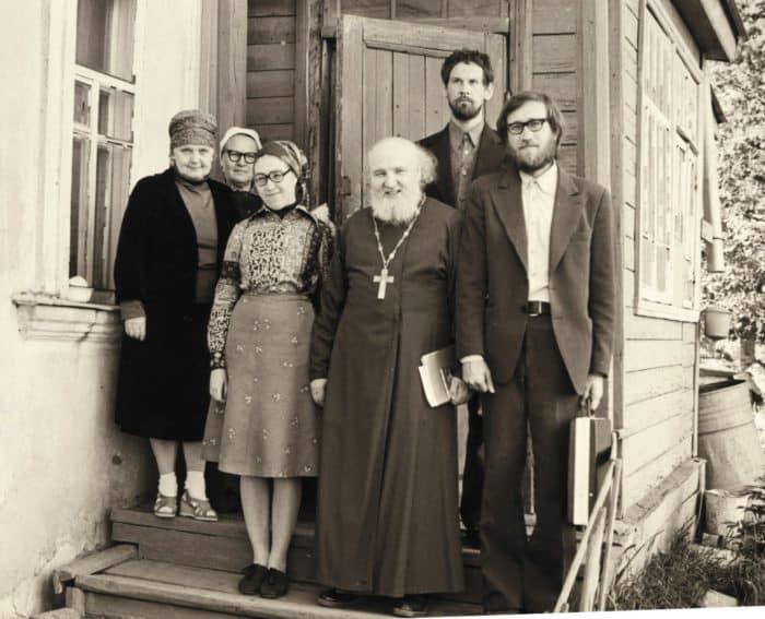 Гребнево. С духовными детьми на пороге церковной сторожки. Источник http://p-beseda.ru.