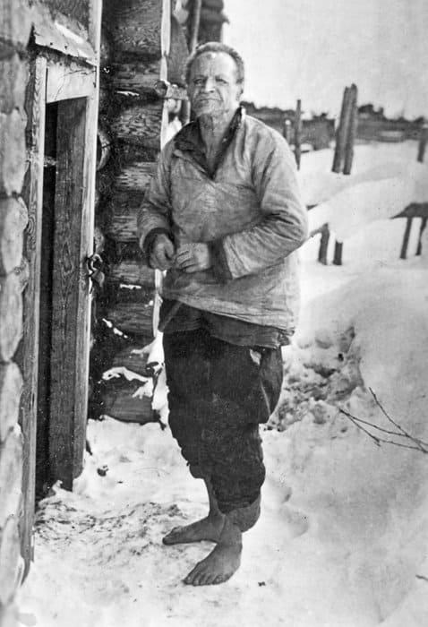 Единственная чудом сохранившаяся фотография мученика Максима: босоногий блаженный илетом, изимой жил где придется, даже вхолодной бане
