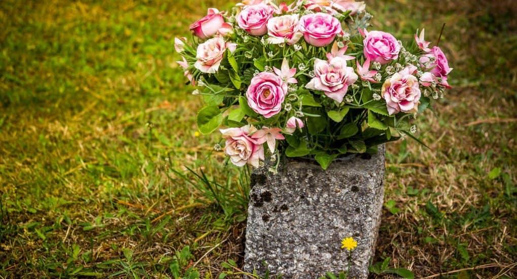 Родственница закопала могилу для бабушки и не дала похоронить. Вырыли новую. Это плохо?
