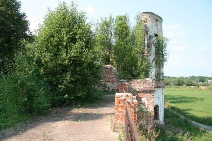 Так выглядит сейчас часть монастырской стены. Фото Алексея Колосова