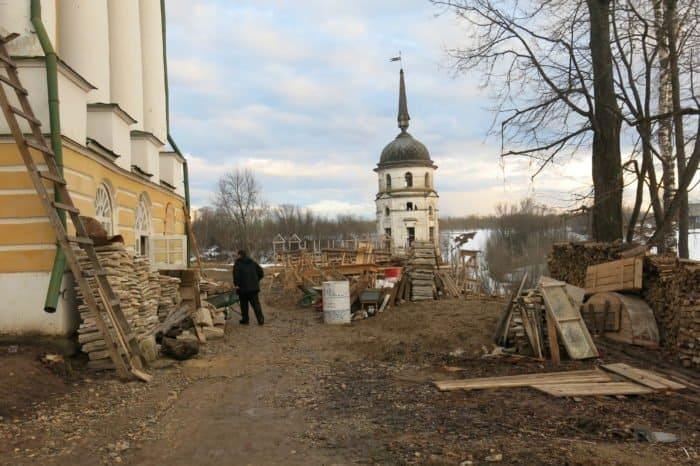 Территория монастыря - сплошная стройка