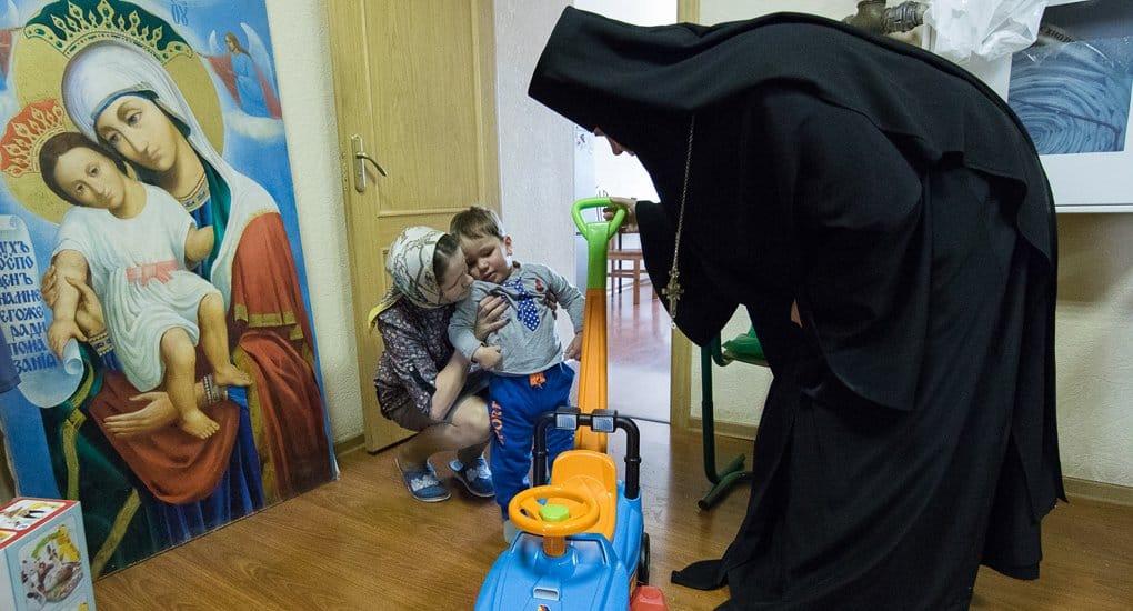 Приют при Новодевичьем монастыре Петербурга помогает молодым мамам