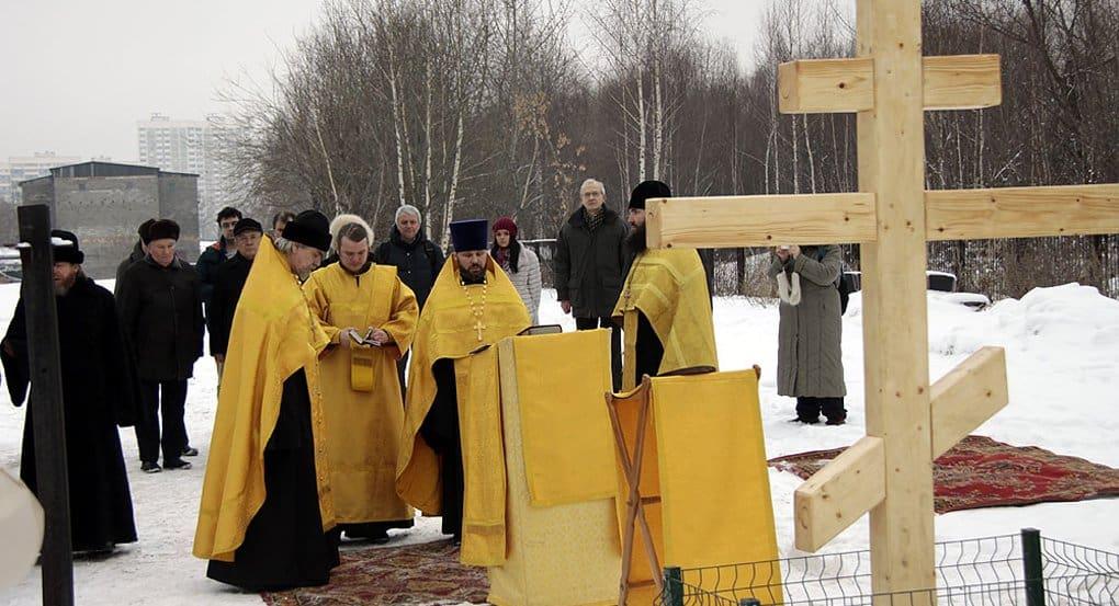 На месте нового храма МГУ освятили поклонный крест