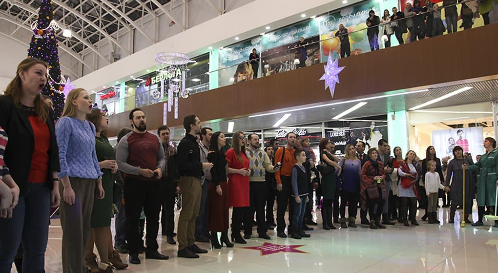 Хористы Саратова спели о Рождестве Христовом в торговом центре. Видео