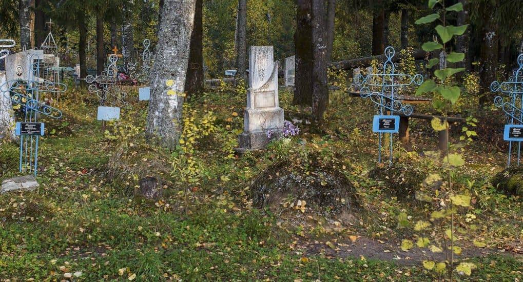 Можно ли нести гроб родителей и копать им могилу? А детей?