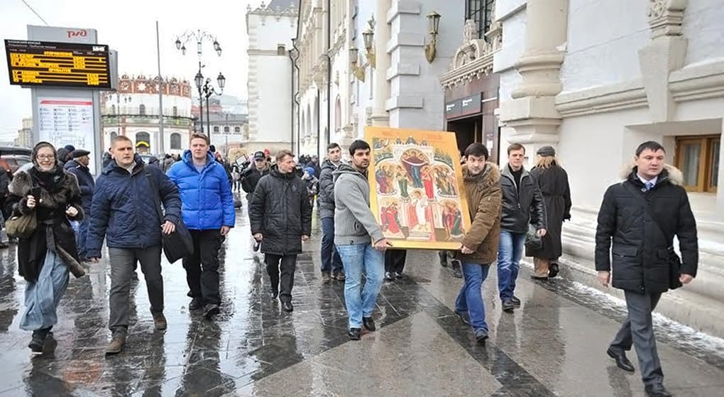 По вокзалам Москвы прошли с молитвой о мире