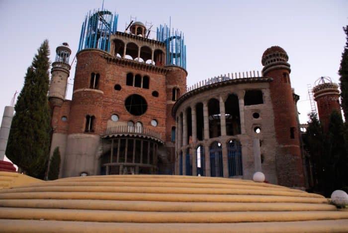 92-летний испанец более 50 лет в одиночку строит собор
